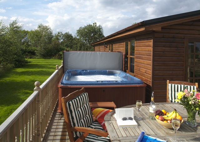 Cabin Bedroom Fitted Furniture: Luxury Self Catering Holiday Log Cabins With Hot Tubs In